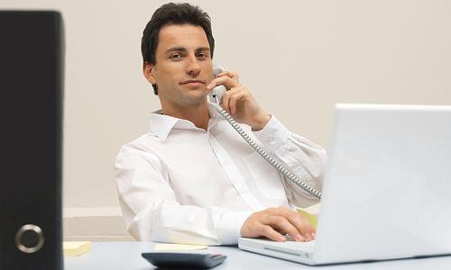 confiant-au-telephone